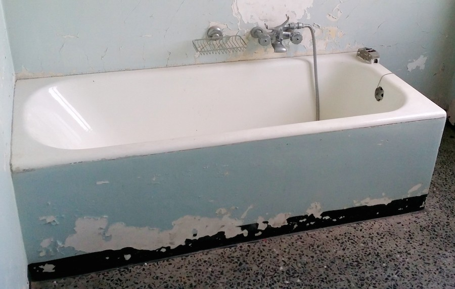 bathtub poorly maintained and to be restored
